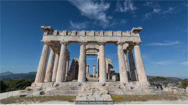 据称,埃伊纳岛 (Aegina) 的阿菲亚 (Aphaia) 神庙与希腊其他几座神庙构成一个等腰三角形。
