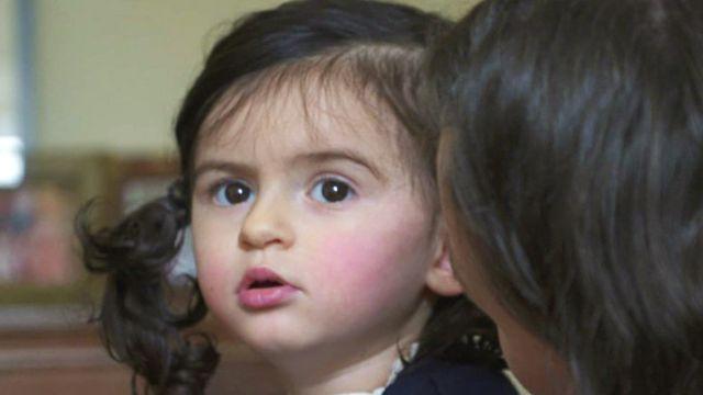 الطفلة أنيا وأمها
