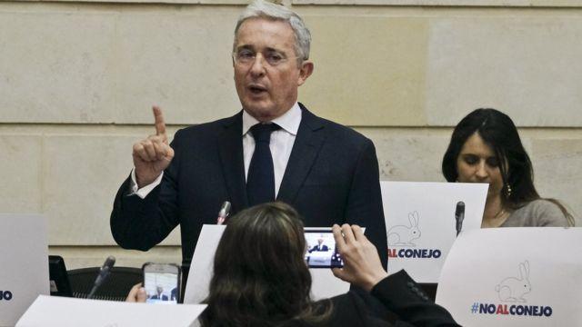 Álvaro Uribe hablando en el Parlamento.