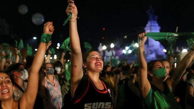 Activistas celebraron la legalización del aborto en el Senado de Buenos Aires
