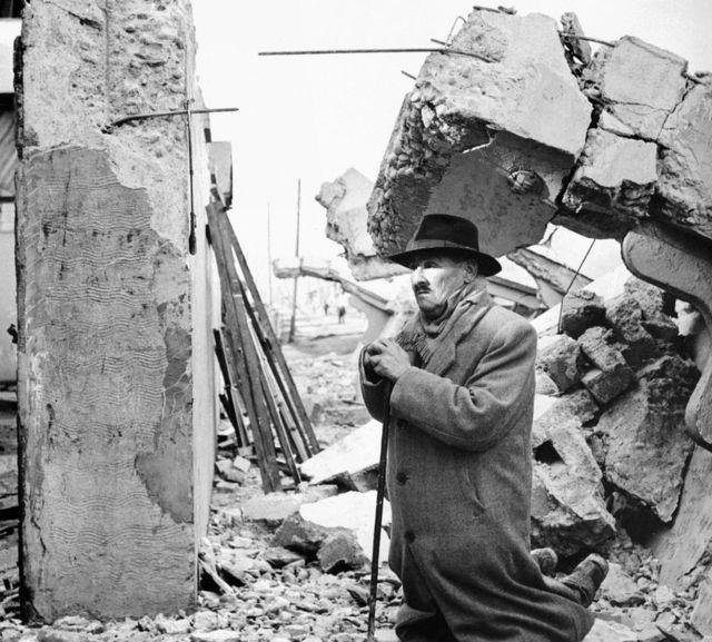 Un hombre reza entre ruinas del terremoto de Valdivia, Chile, en 1960