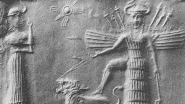 Grabado en piedra de Enheduanna con alas y flechas en la espalda