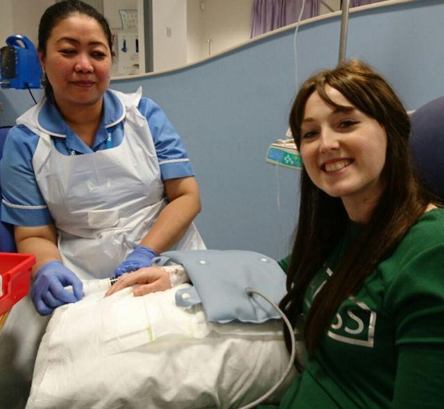 Sarah Boyle com uma de suas enfermeiras favoritas, Jovi