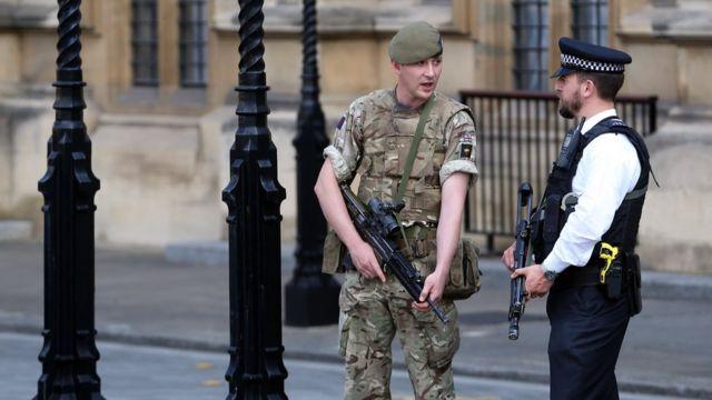 londra polis ve asker birarada