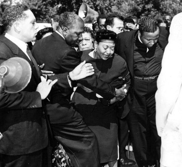 La madre de Emmett llora en su funeral.