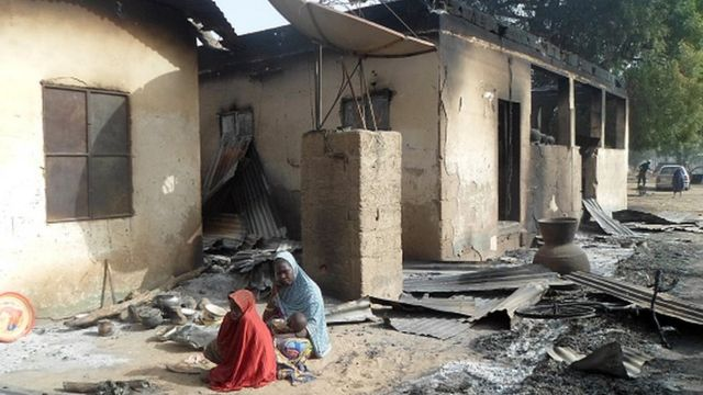 Une mère pleure la mort de son mari après une attaque de Boko Haram au village de Dalori à la périphérie de Maiduguri au nord-est du Nigéria le 31 janvier 2016