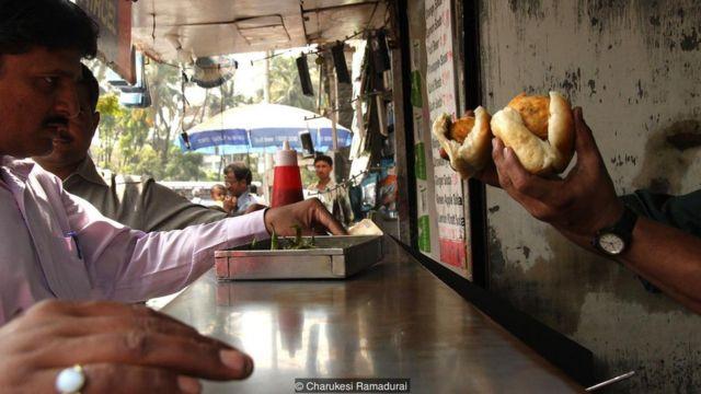 Pedagang Vada Pav di jalanan Kota Mumbai.