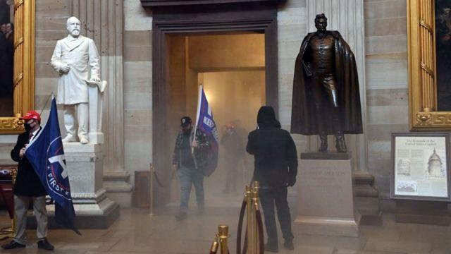 Протестующие прорвали кордоны и проникли в Капитолий