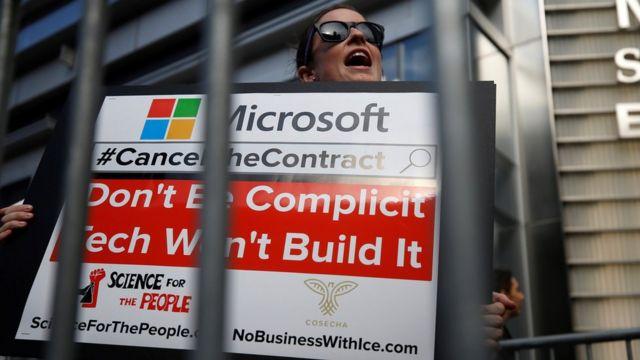 Protesto diante da sede da Microsoft em Nova York