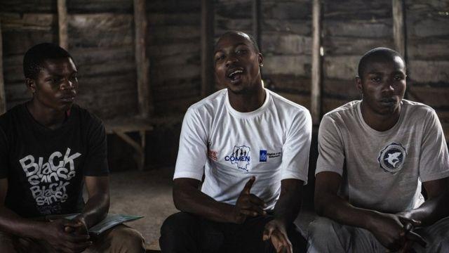 Hombres discuten sobre masculinidad y virilidad en una reunión organizada por la Red de Hombres de Congo.