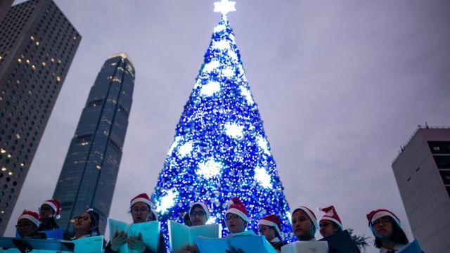 香港一些小孩子在圣诞节前举行街头的圣诞歌咏活动
