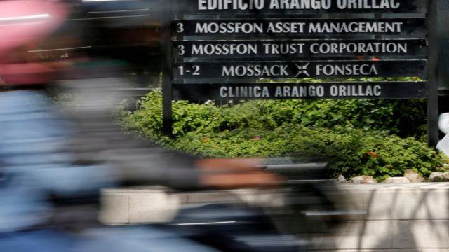 Cartel de la firma Mossack Fonseca a las afueras de la oficina.