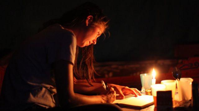 ERRT'de ya da reskripsiyon terapisinde, hasta kabuslarını tamı tamına hatırlayıp yazmaya veya farklı sonlarla yeniden yazmaya çağırılıyor.