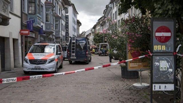 إغلاق مناطق وسط مدينة شافهاوزن الحدودية في سويسرا بعد هجوم بمنشار آلي أوقع إصابات
