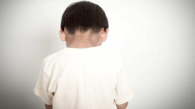 Menino de costas