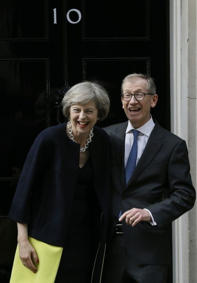 妻をキスするようにカメラマンから声をかけられても夫フィリップ氏は応じず、一緒に笑う首相夫妻