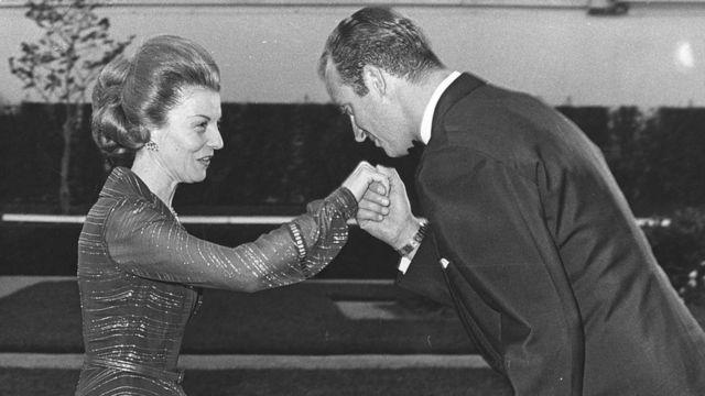 26 de junio de 1974: la presidenta en funciones de Argentina, Isabel de Perón, con el príncipe Juan Carlos en una cena ofrecida por él y su esposa, la princesa Sofía de España.