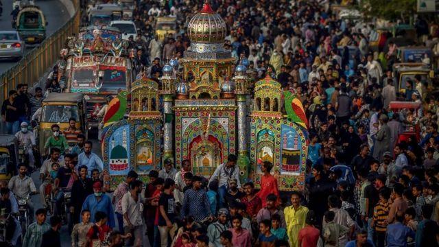 Musulmanes sunitas homenajeando a Huséin, nieto del profeta Mahoma, en Pakistán.