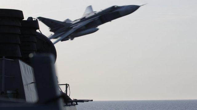 ロシア軍のSu-24戦闘機は低空から米駆逐艦ドナルド・クックの間近を通過した