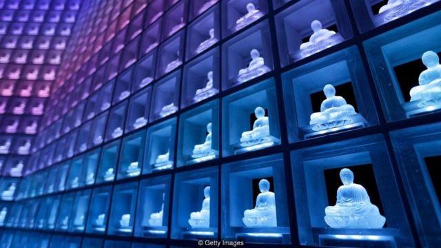 Dalam fasilitas seperti ini di Jepang, abu disimpan dalam guci di belakang buddha yang menyala - sehingga banyak orang bisa disemayamkan di satu ruangan.