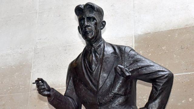 Escultura de George Orwell en la sede de la BBC en Londres.