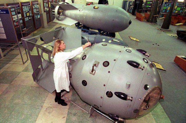 """مجسمان لأول قنبلة ذرية روسية (في المقدمة"""" وقنبلة هيدروجينية في متحف ساروف"""