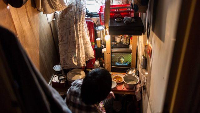 """香港一些分间楼宇单位(又称""""劏房"""")的面积比监狱的囚室还小。"""