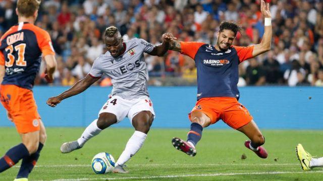L'attaquant Ignatius Ganago de l'OGC pris en chandelle par deux défenseurs de Montpellier, le 14 septembre 2019 en Ligue 1.
