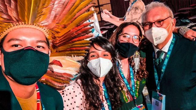 Os três representantes brasileiros na Youth4Climate (da esqueda para a direita: Eric Marky Terena, Eduarda Zoghbi e Paloma Costa) tiram selfie com Patrizio Bianchi, ministro da Educação da Itália