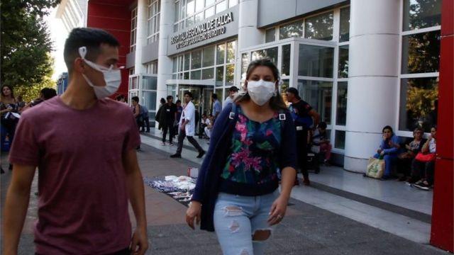 Personas afuera de un hospital en Chile