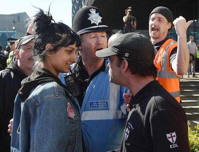 英極右男性に微笑んで立ち向かい 女性の写真が話題に - BBCニュース