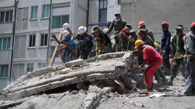 Trabajos de rescate en Ciudad de México tras un terremoto.
