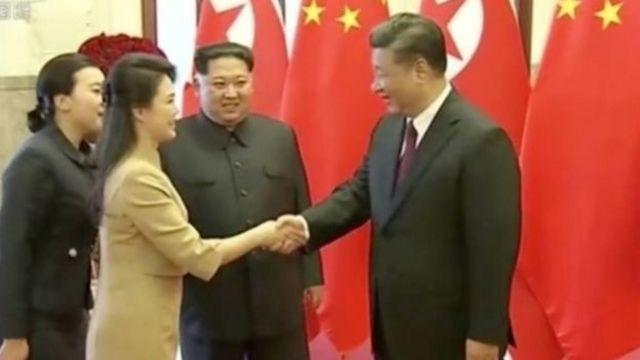 นางรี ซอล จู ภริยาของนายคิม จอง อึน จับมือกับประธานาธิบดีสี จิ้นผิง ของจีน