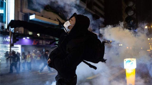 유명 쇼핑 구역에서 경찰과 시위대는 최루탄과 화염병을 주고받았다
