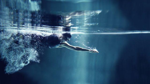 Esportista pratica natação