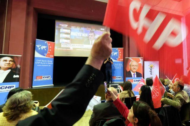 CHP merkezinde sonuçları takip eden seçmenler