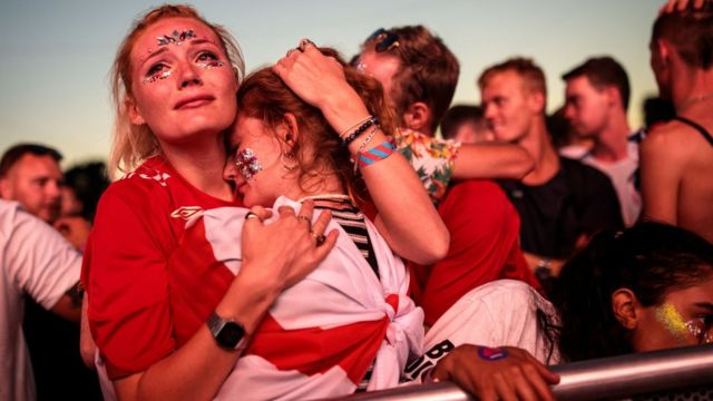 Des fans d'Angleterre en pleurs après la défaite de leur équipe face à la Croatie en demi-finales de la Coupe du monde de football.