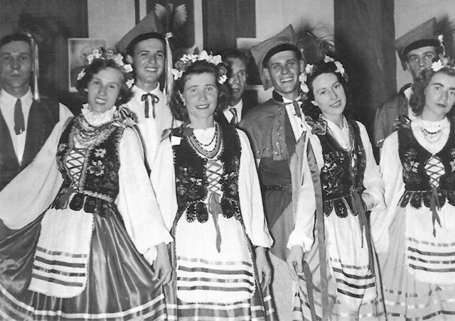 Kraliçe'nin taç giyme töreninde Kristina (solan ikinci) ve dans grubu