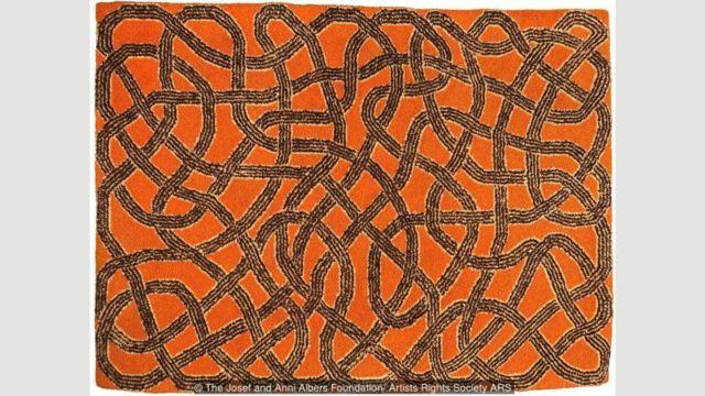 Karpet yang terbuat dari wol dan tenun tangan karya Albers, 1959, adalah salah satu yang dipamerkan di Tate Exhibition.