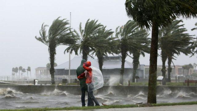 Una pareja en medio del temporal.