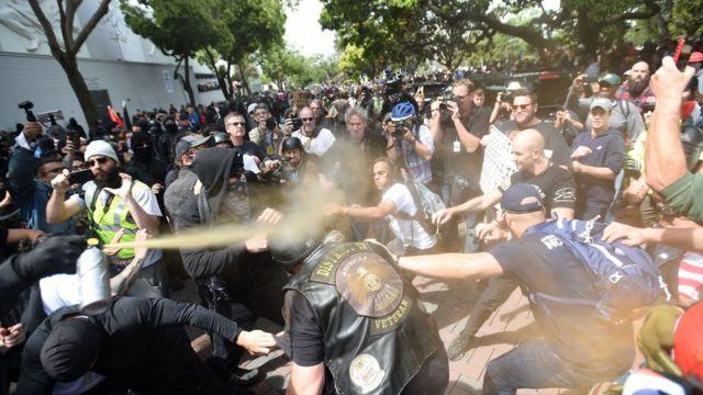 Polisin Berkeley şehrinde Trump karşıtları ve destekçileri arasında çıkan çatışmalara biber gazıyla müdahale ettiği görüldü.