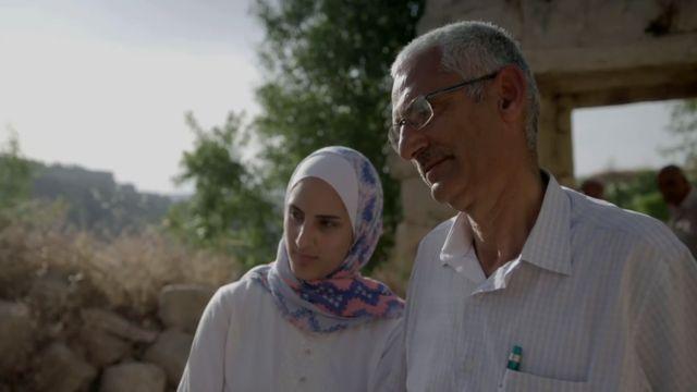 Nasir Sohail y su hija Sohar visitan Lifta, la antigua aldea de donde procede su familia.