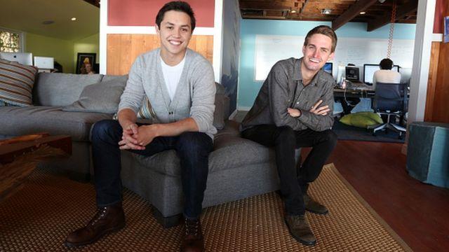 Los jóvenes Bobby Murphy y Evan Spiegel, creadores de Snapchat, sentados en sus oficinas.