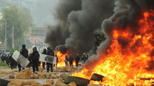Policías y manifestantes del sindicato magisterial CNTE se enfrentaron violentamente en el sur de México.