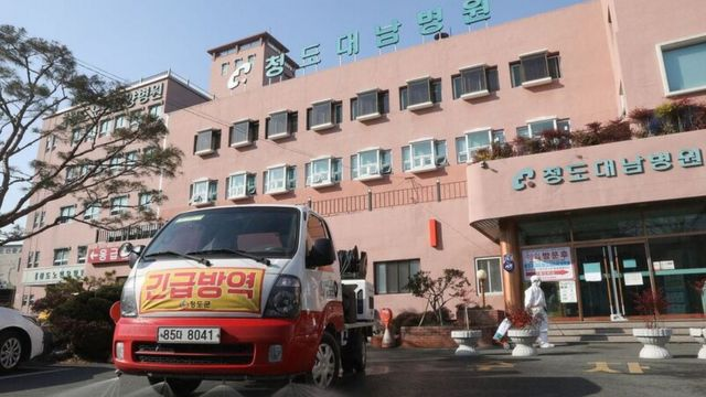 청도대남병원 5층에 위치한 정신병동에 입원해 있는 환자 102명 중 101명이 코로나19 확진 판정을 받았다