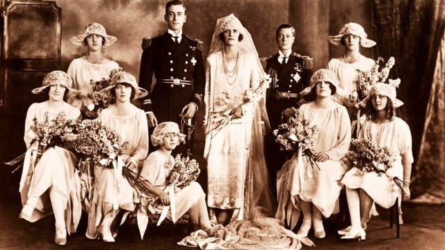 صورة زفاف جماعي قديمة بالأبيض والأسود