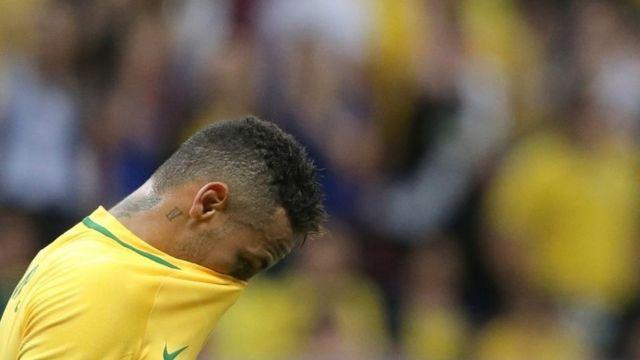 Neymar lamentándose luego de que Brasil empatara 0-0 contra Irak.