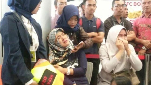Người thân của hành khách đau đớn sau khi nghe tin máy bay gặp nạn