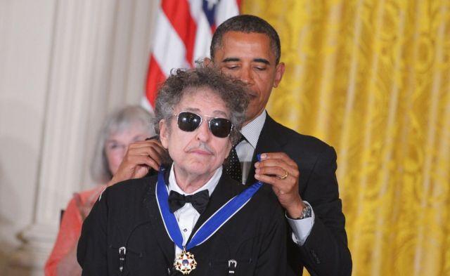 El presidente de EE.UU., Barack Obama, poniéndole la Medalla de la Libertad a Bob Dylan en 2012.