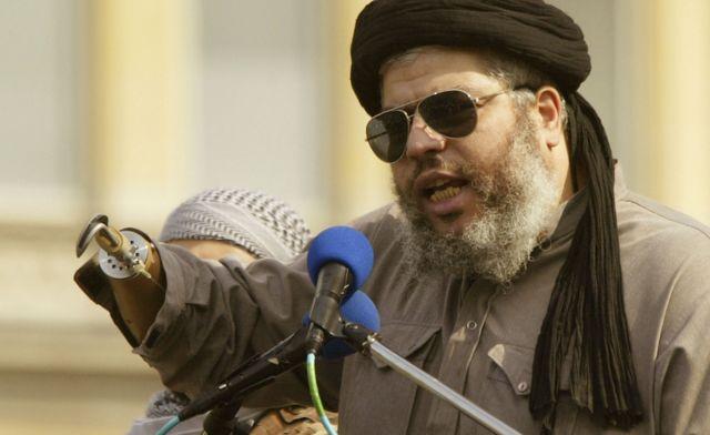 Абу Хамза аль-Масри во время речи на Трафальгарской площади в Лондоне